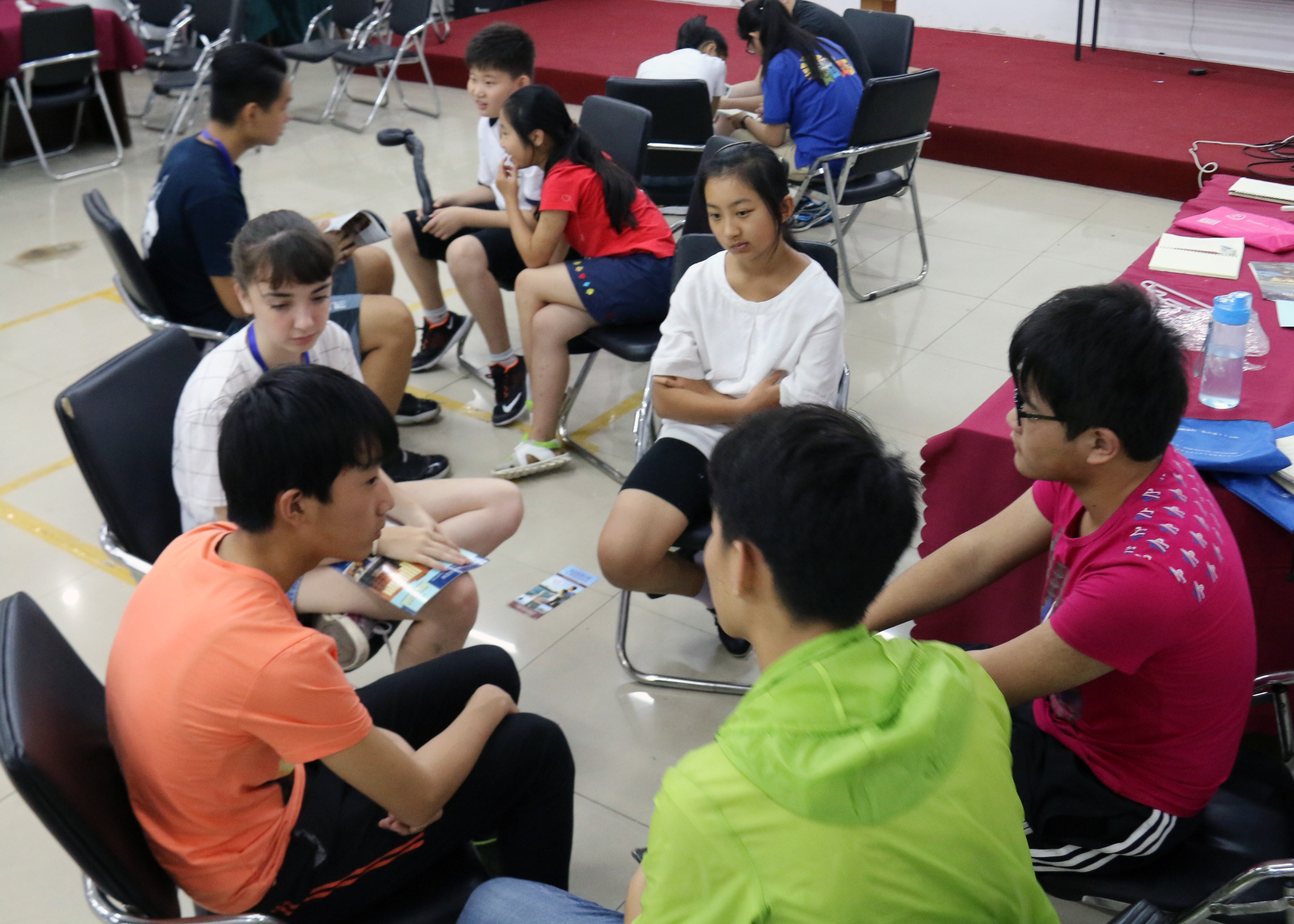 High School students learn conversational english